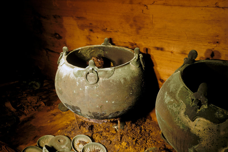 Drinking urns and cups discovered in the tomb